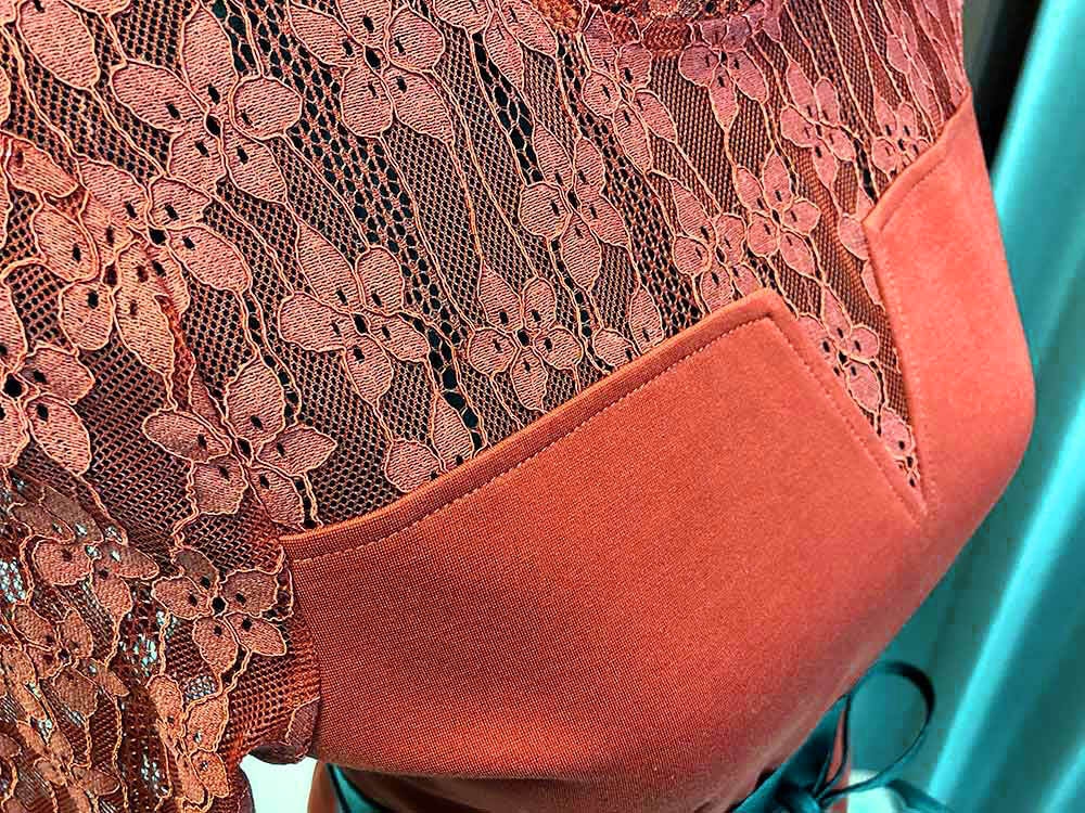 テラコッタカラーの花柄レースドレスのアップ画像