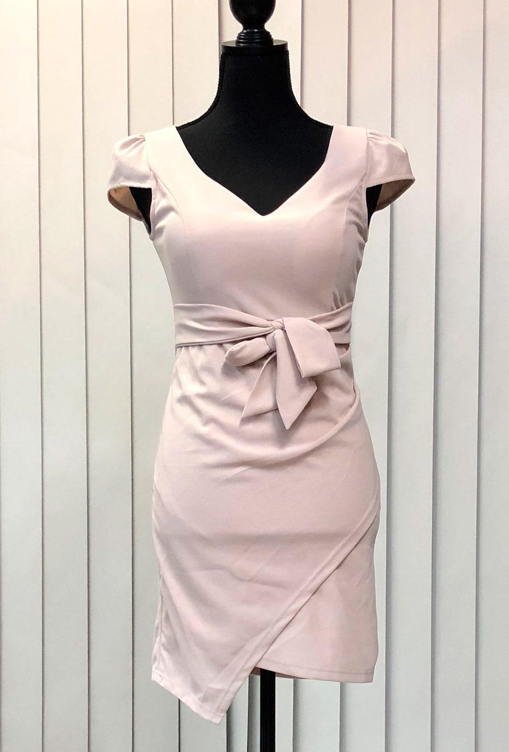 大胆なVネックとヘムラインスカートドレス