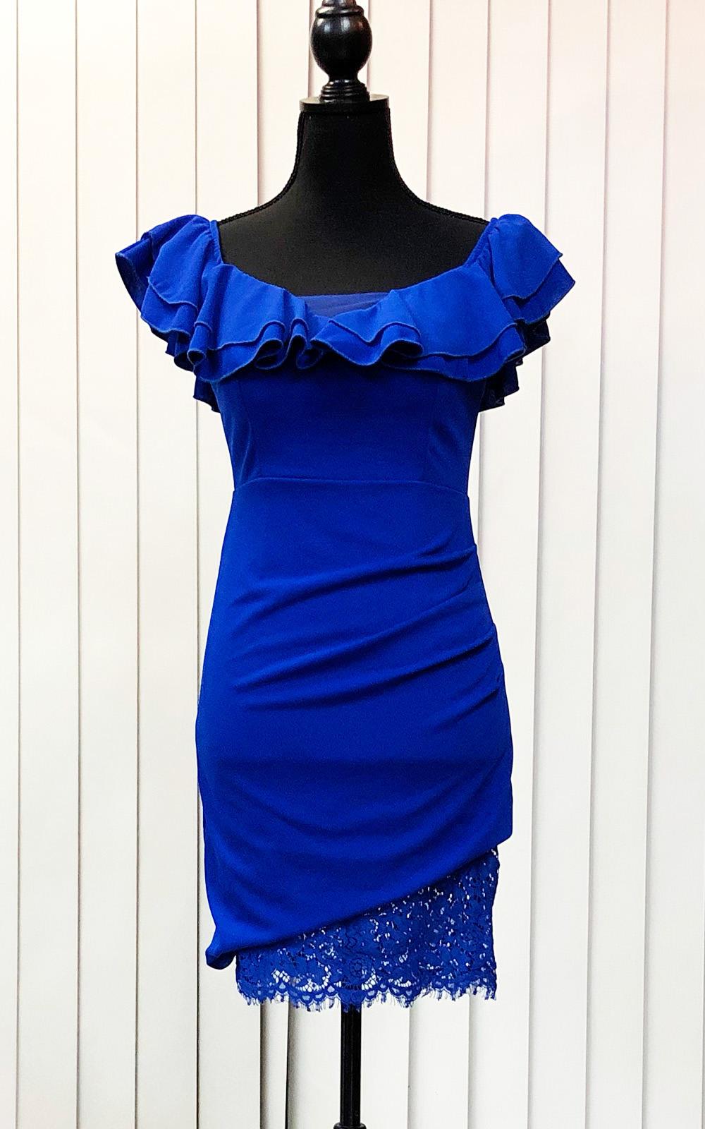 鮮やかなロイヤルブルーが印象的なオフショルダードレス