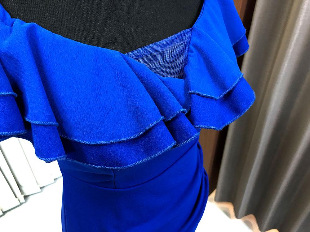 鮮やかなロイヤルブルーが印象的なオフショルダードレスのアップ画像