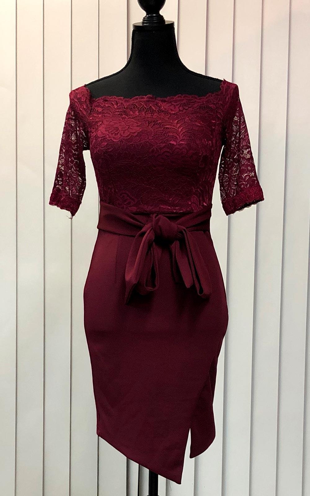 深みのあるワインレッドのドレス
