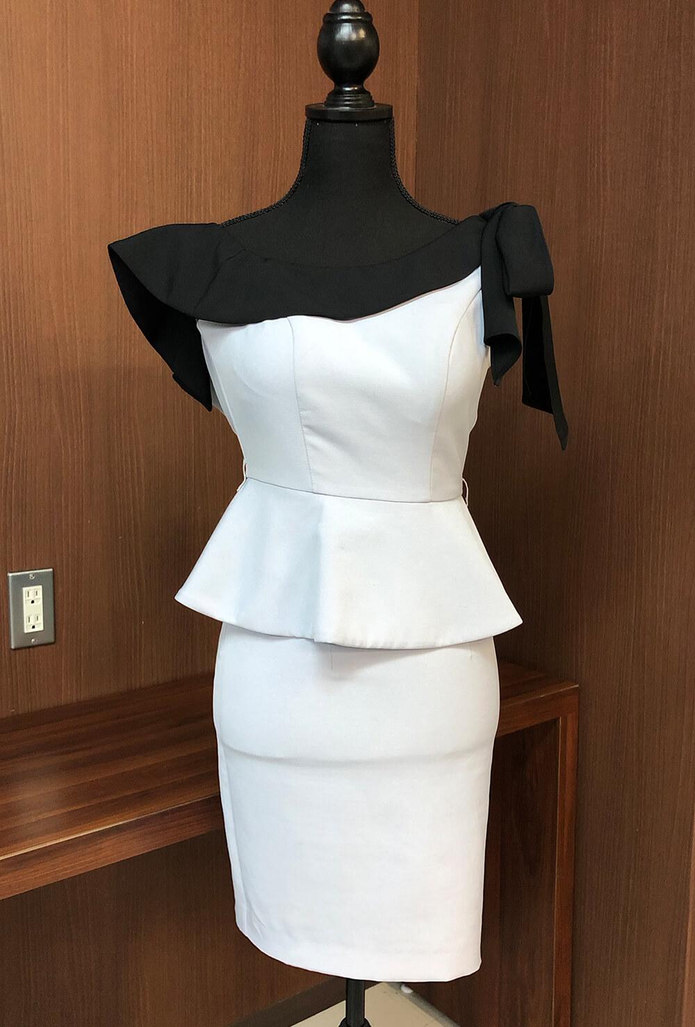 アシンメトリーな襟もとのフリルがおしゃれなタイトミニドレス