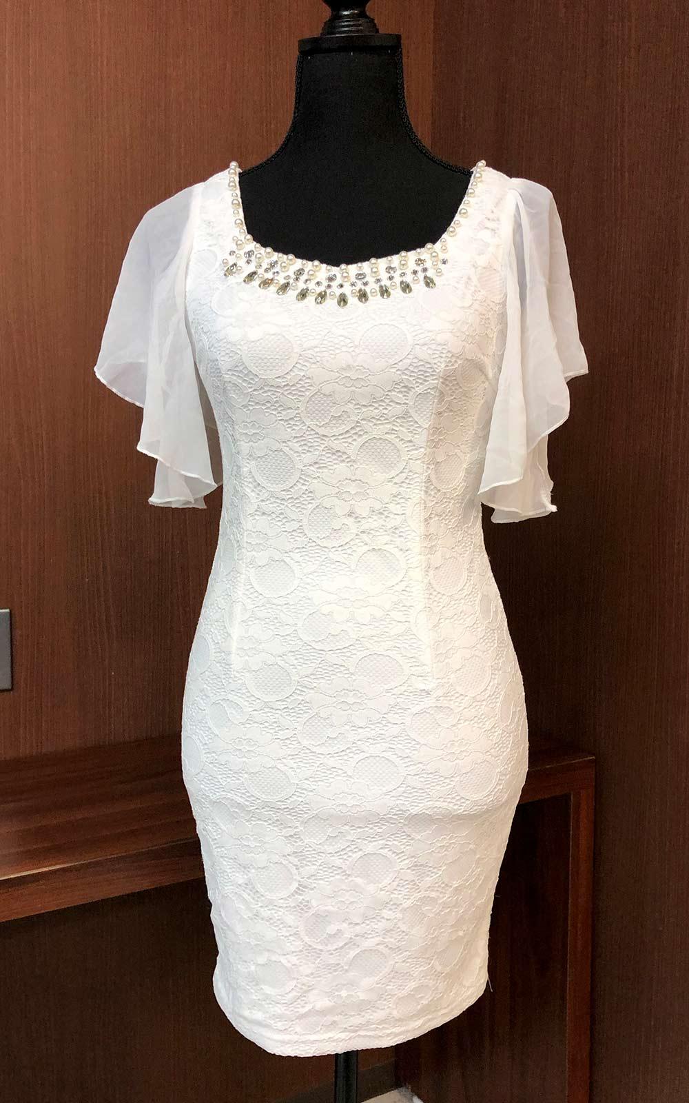 純白の生地に胸元のラインストーンがキラリと光るドレス
