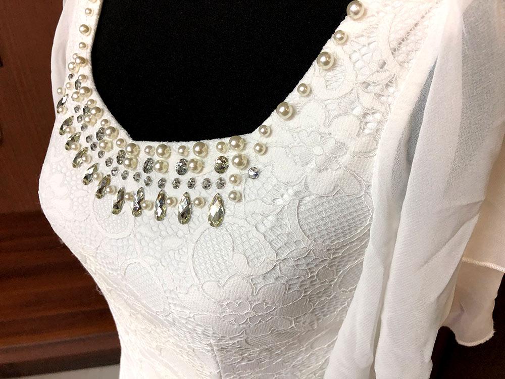 純白の生地に胸元のラインストーンがキラリと光るドレスアップ
