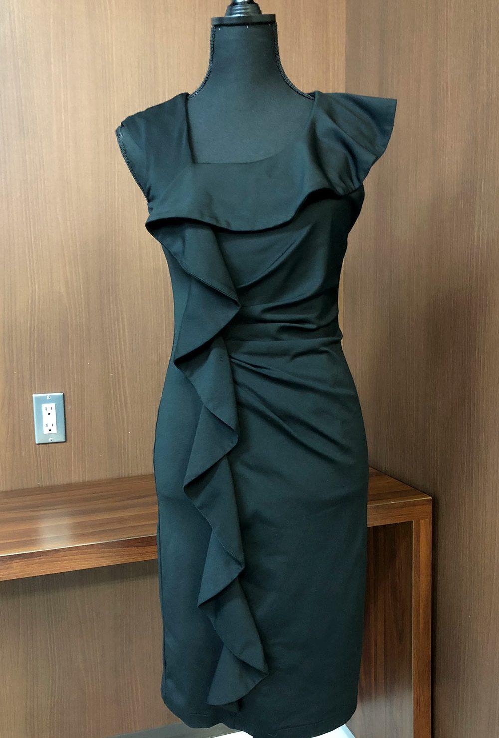 大胆なフリル使いで魅せるブラックのドレス