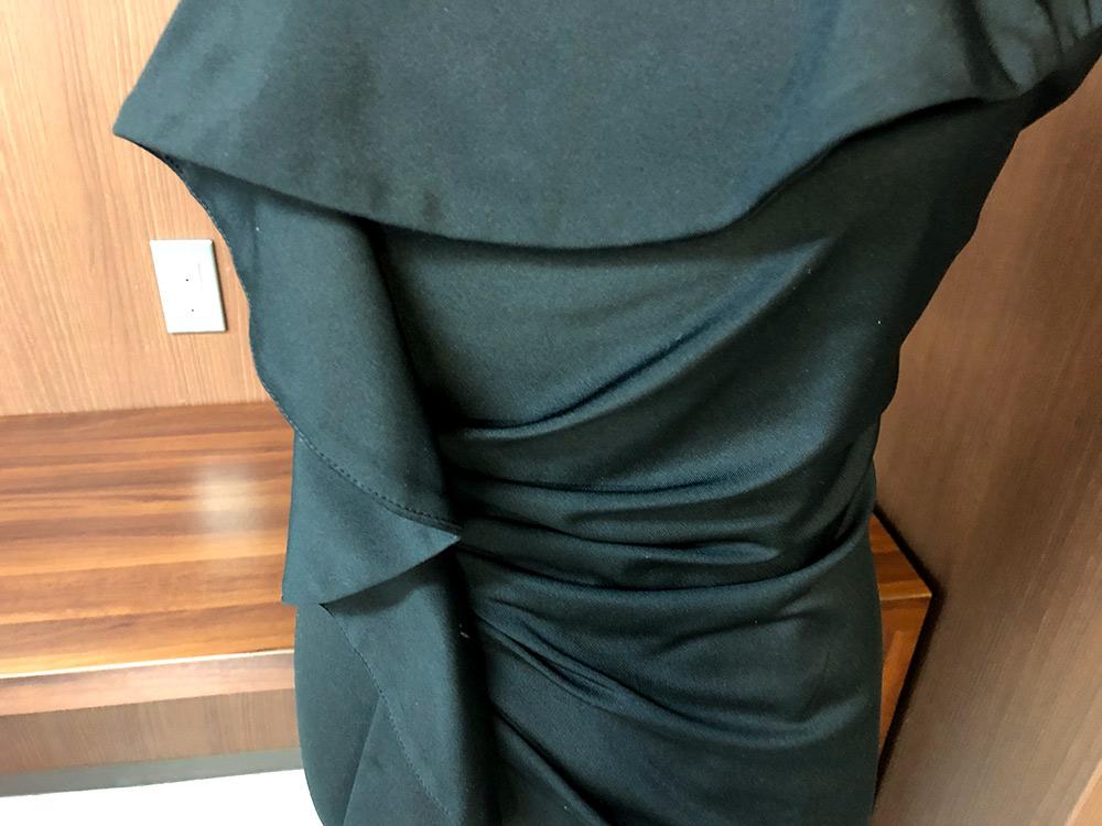 大胆なフリル使いで魅せるブラックのドレスドレスアップ