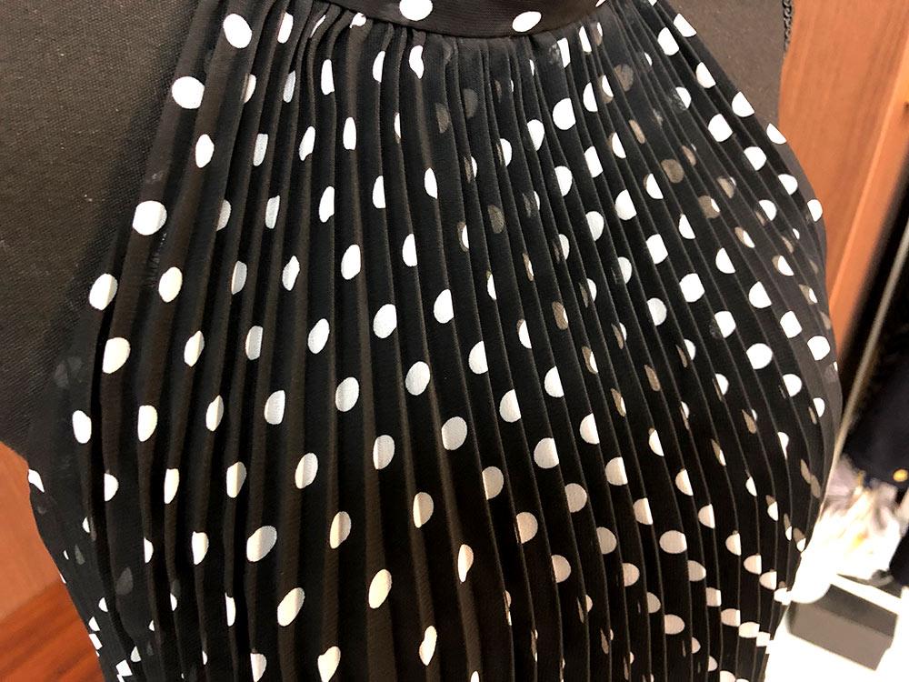 黒地に白のピンドットがちょいレトロなドレスドレスアップ画像