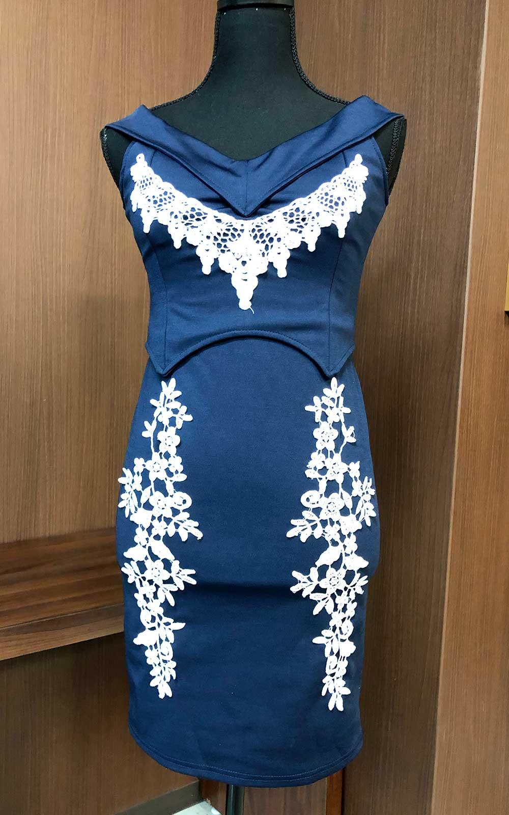 格調高いディープブルーに胸元のレースがキレイに映えるドレス