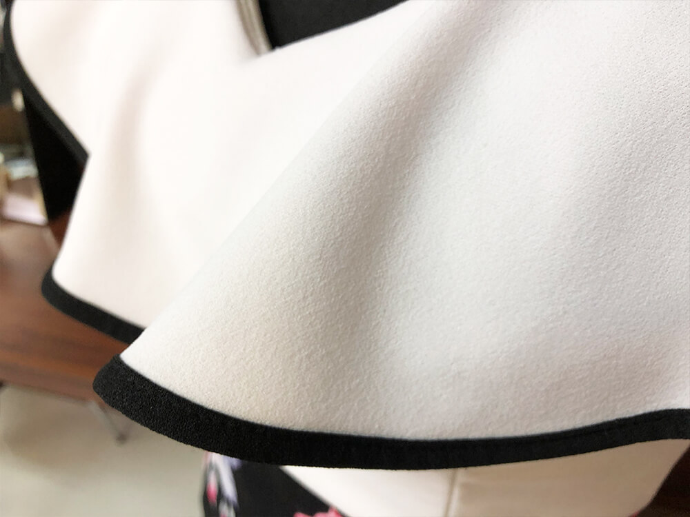 黒の地に美しく咲く大輪のバラがチャームポイントのドレスのアップ画像