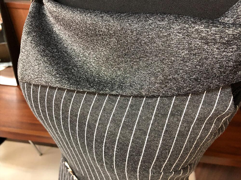 スカートの裾まではしるストライプもクールなドレスのアップ画像