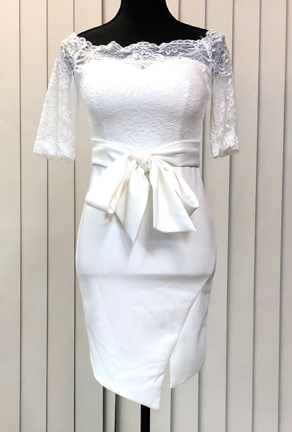 ハート型のデコルテラインのドレス