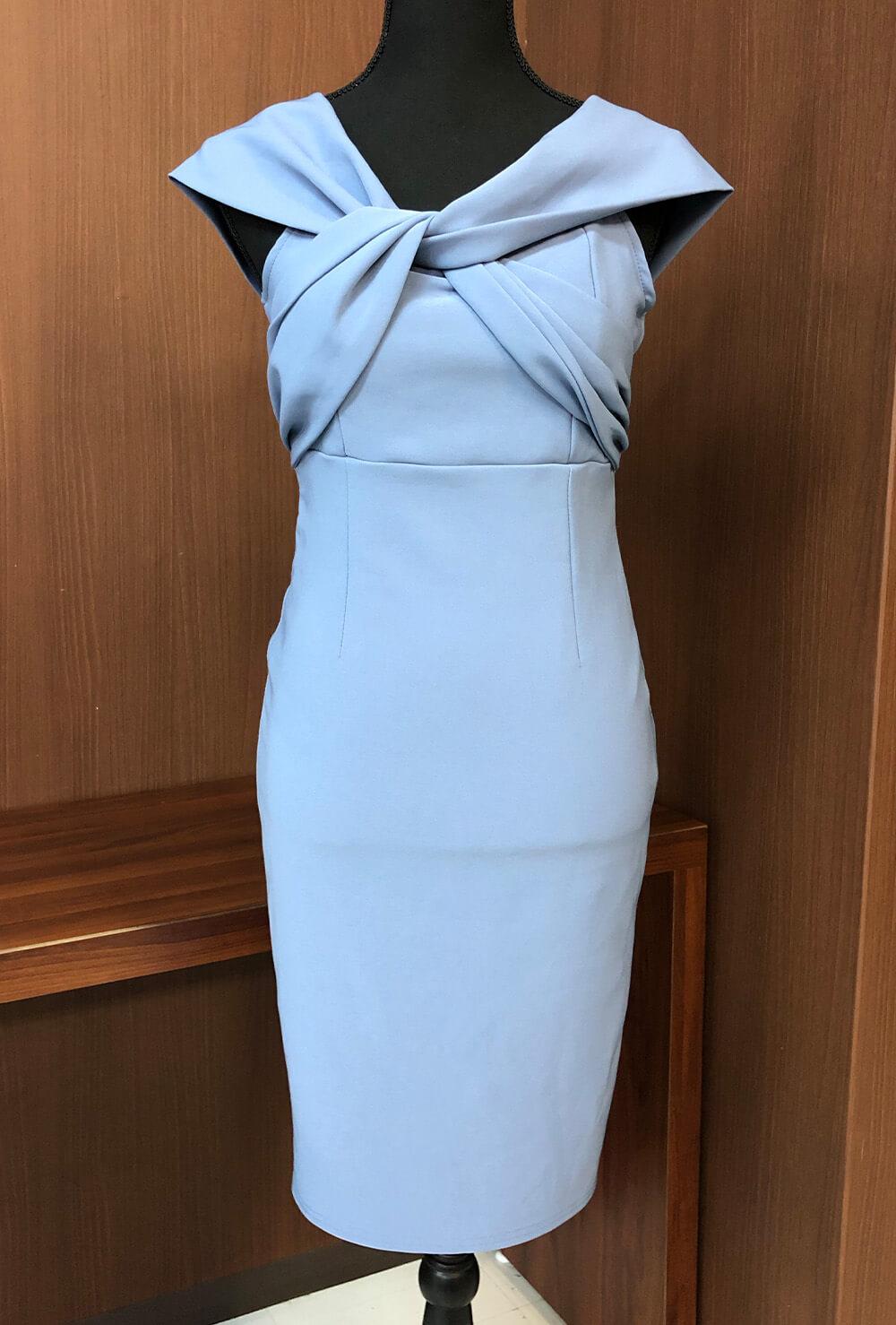 胸元でクロスするデザインがユニークなタイトドレス