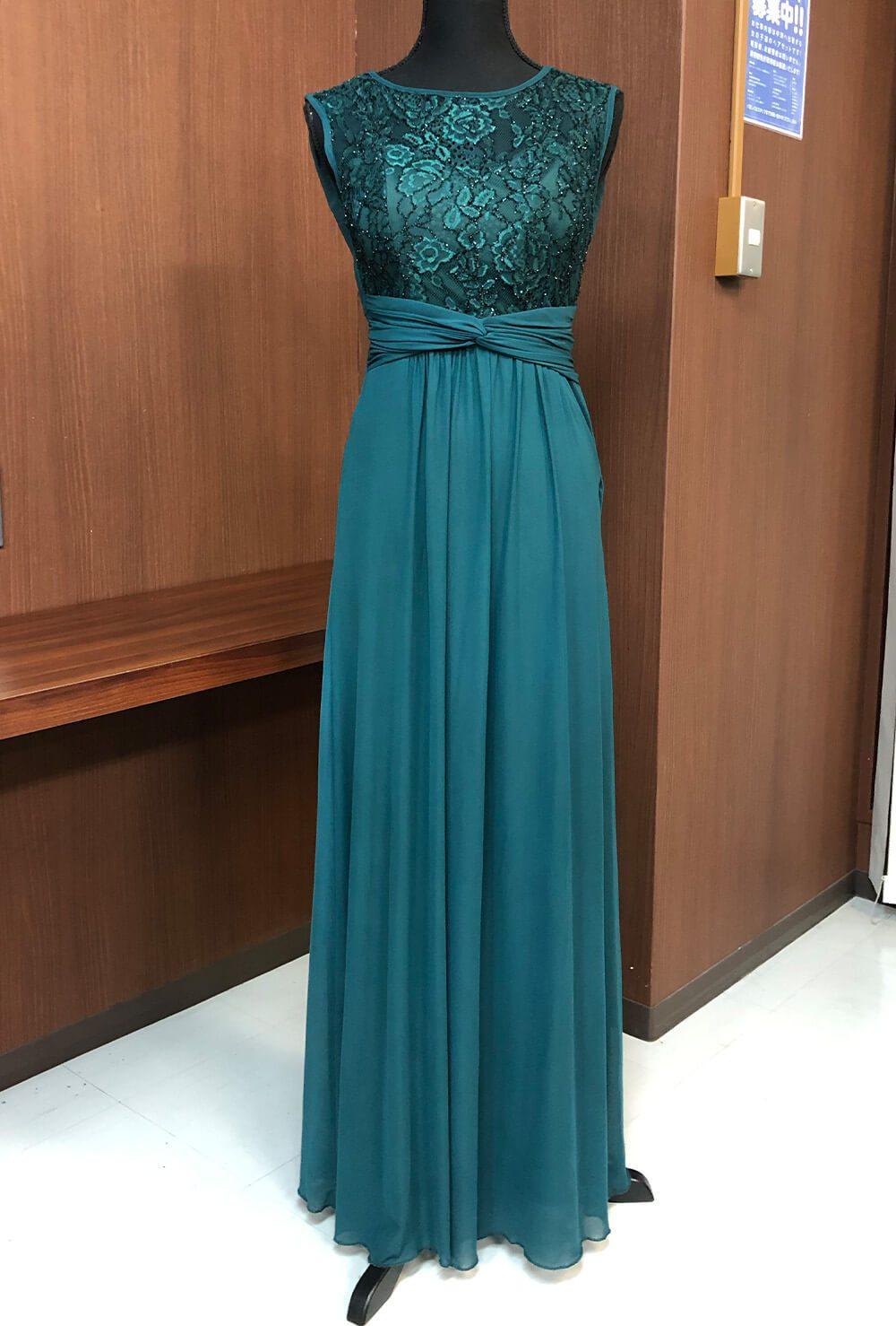 クジャクの羽根を思わせる艷やかな光沢のあるグリーンのドレス