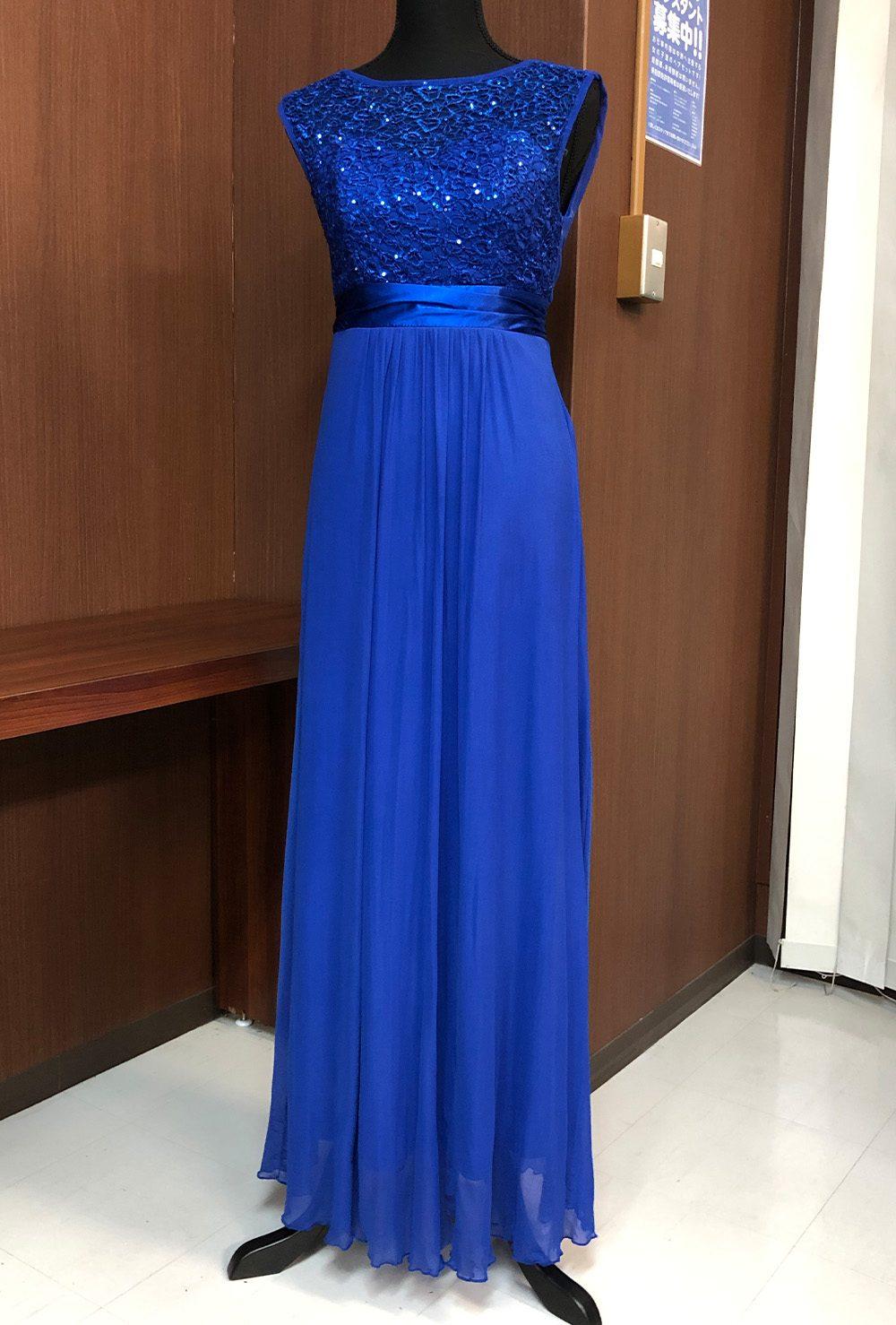 艷やかで高級感のあるブルーが見る者を惹きつけるドレス