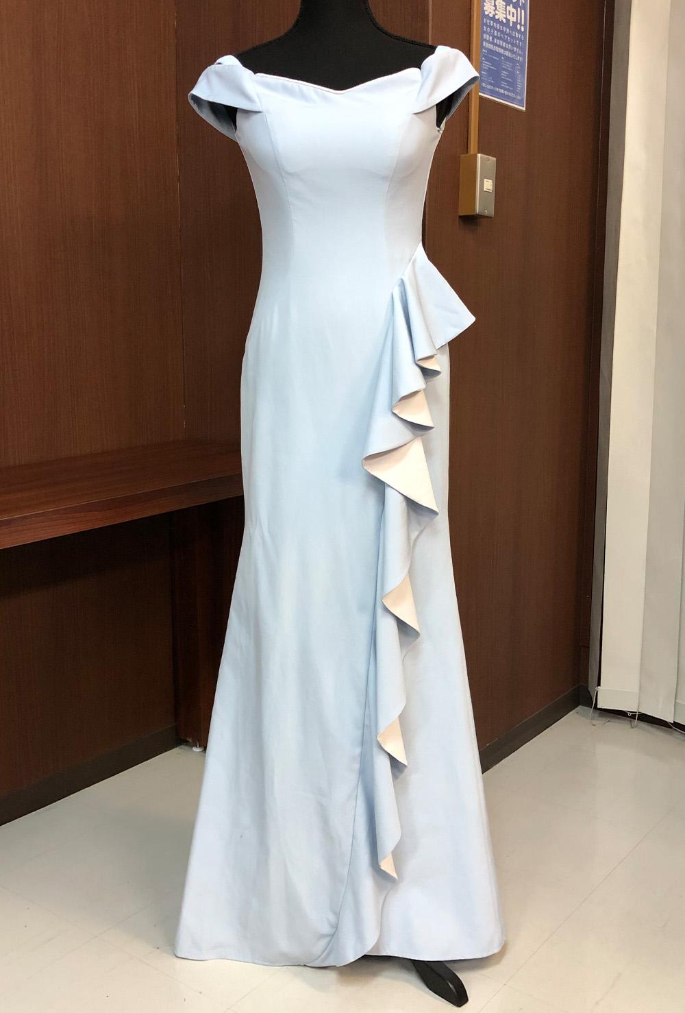 ロングスカートに斜めにはしる大きなフリルがユニークなドレス