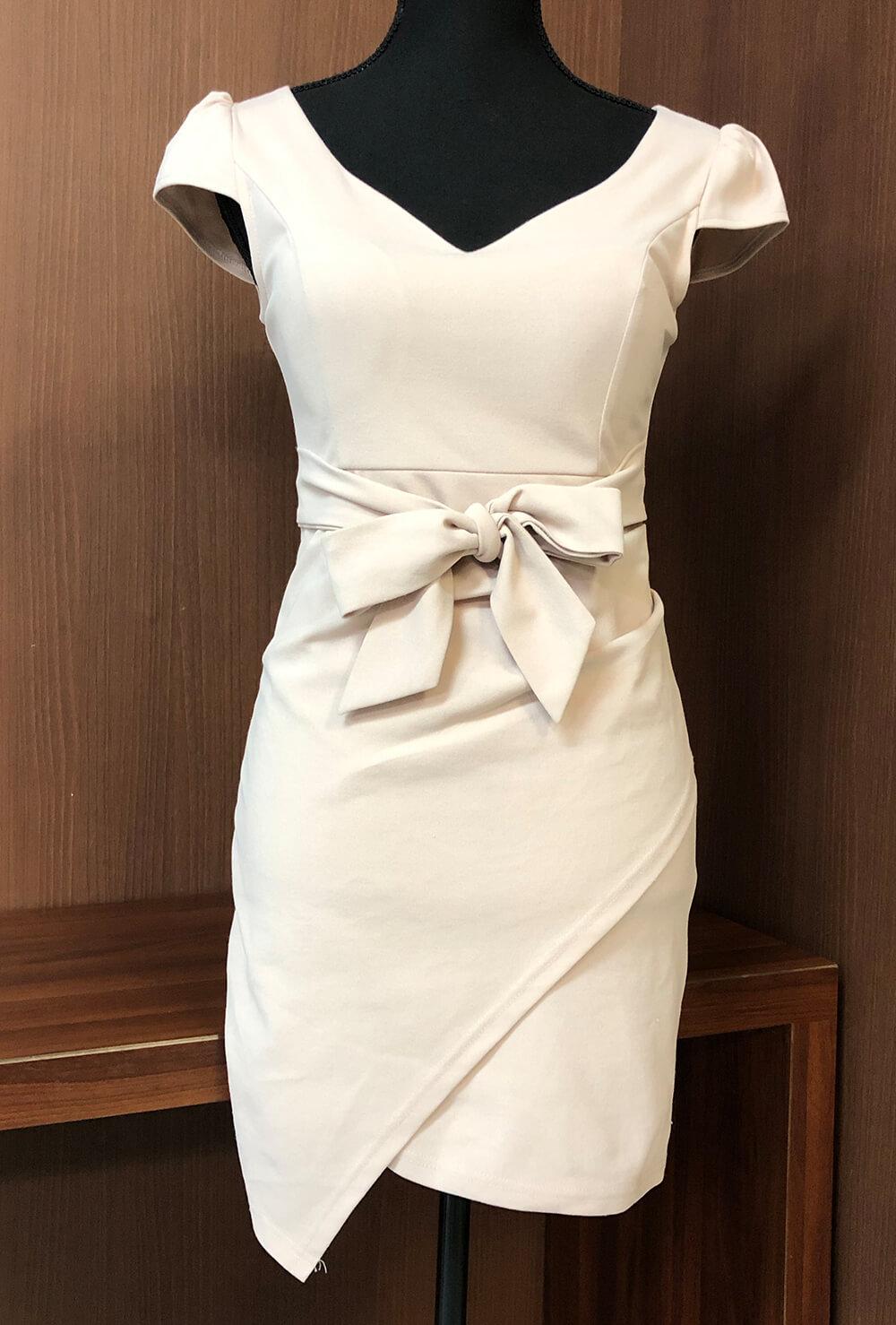 シンプルなデコルテラインのドレス