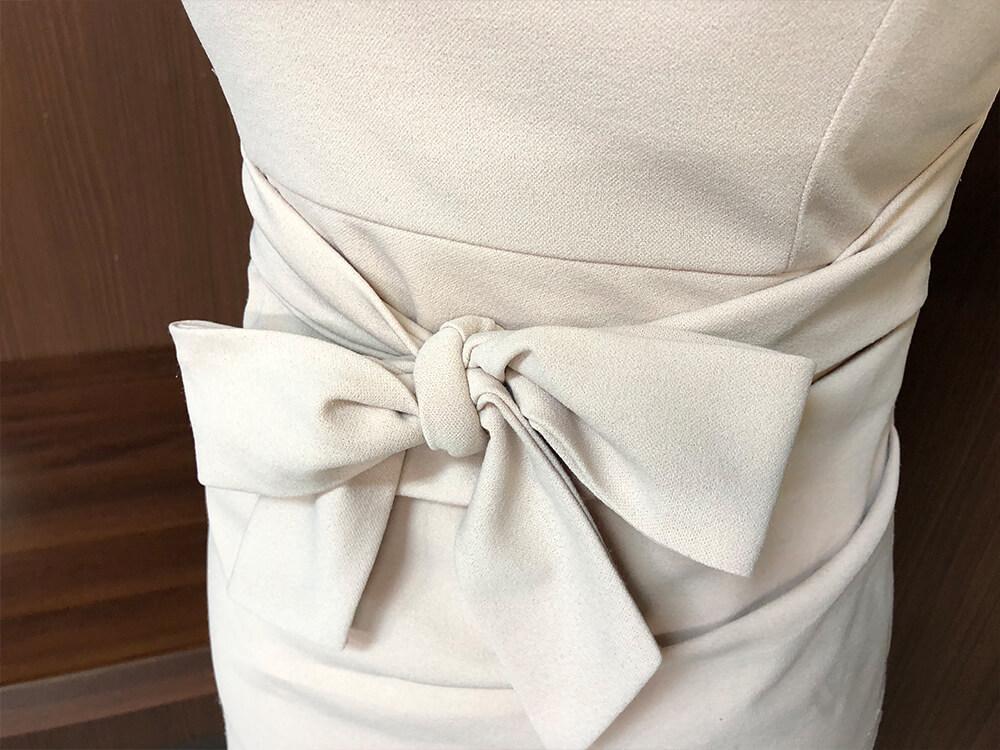 シンプルなデコルテラインのドレスアップ画像