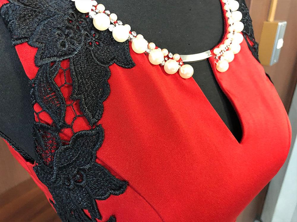 情熱的な赤とサイドにあしらわれた黒の刺繍のドレスアップ画像