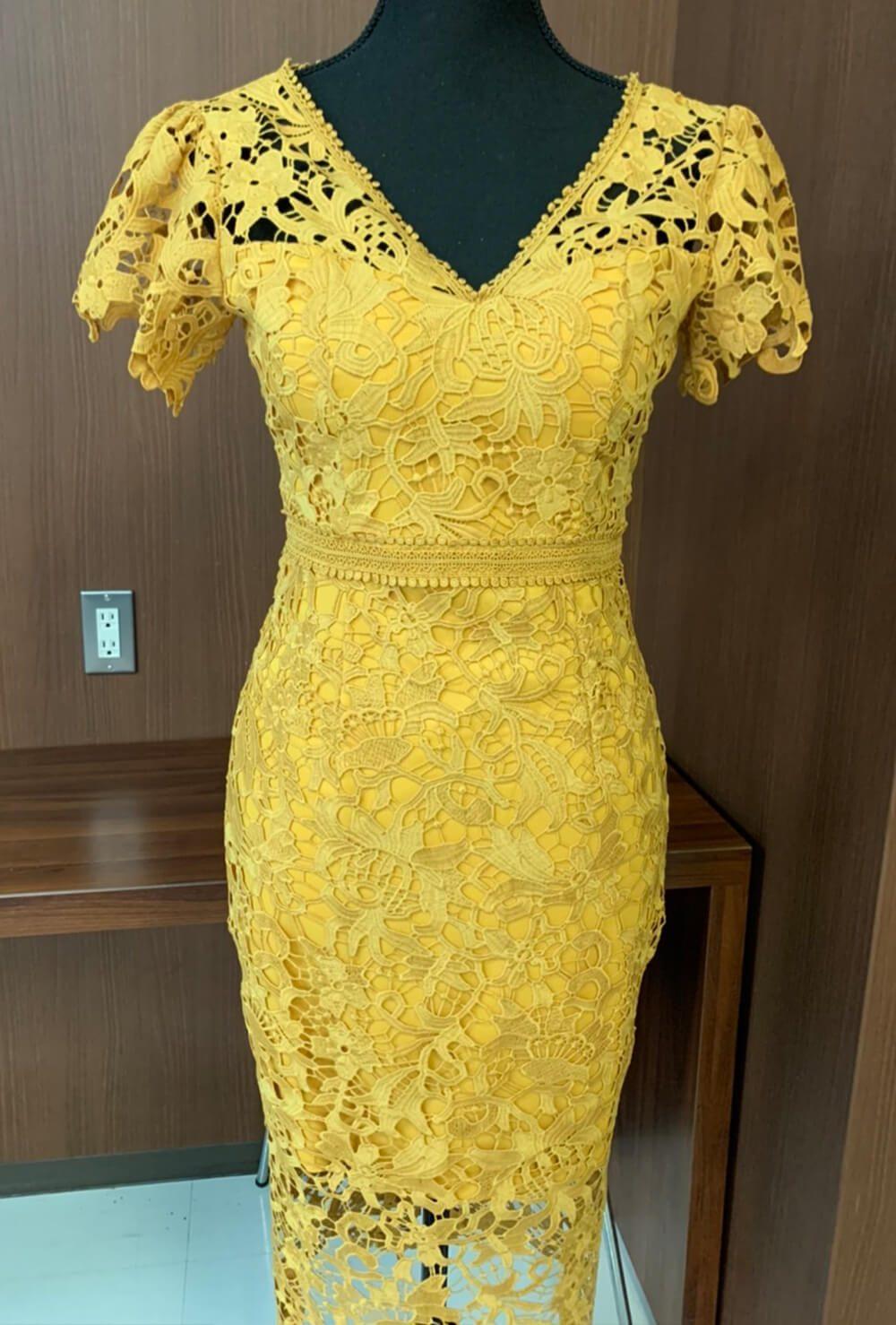 太陽みたいな明るいイエローのドレス