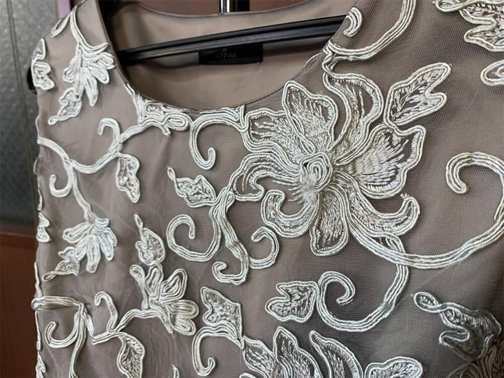 光沢感のある生地にあしらわれた刺繍が美しいドレス