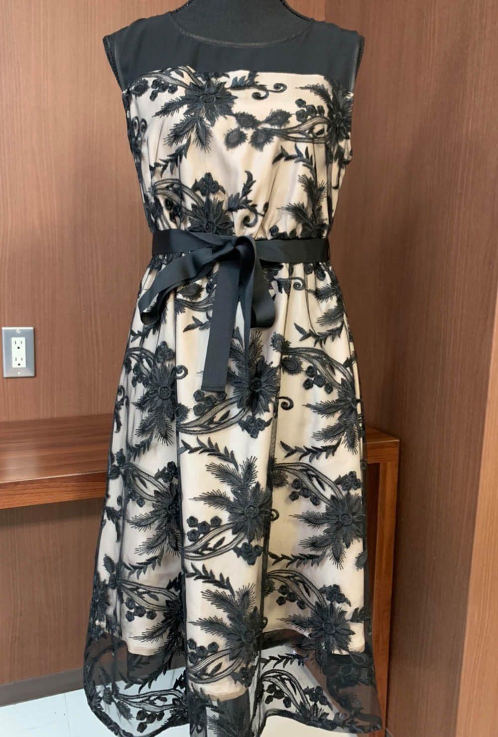 ボタニカルなモチーフのドレス