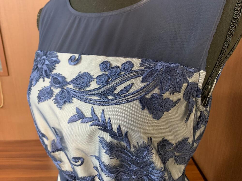 ボタニカルなモチーフのロイヤルブルーのドレス